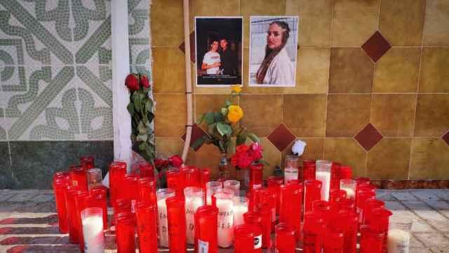 Velas en recuerdo de Gonzalo, Emous y Marta, los tres fallecidos