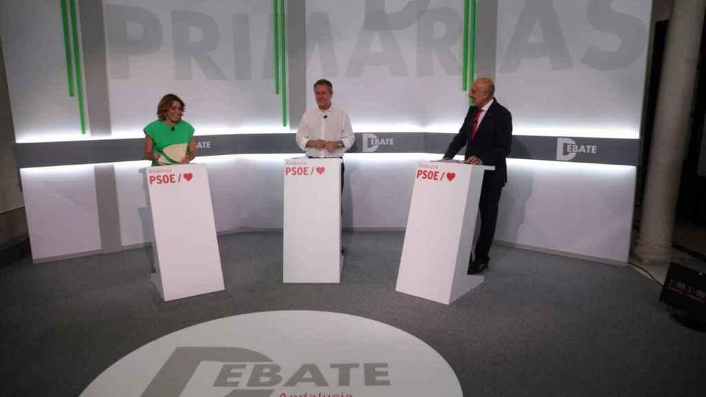 Los tres candidatos en sus atriles durante el debate.