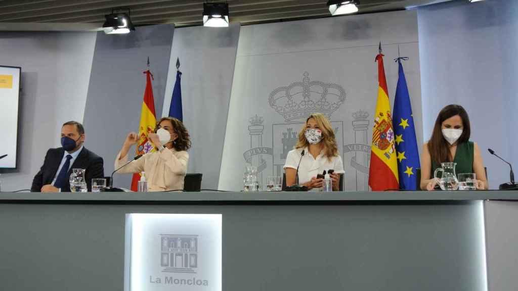José Luis Ábalos, María Jesús Montero, Yolanda Díaz y Ione Belarra, en la sala de prensa del Consejo de Ministros.