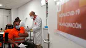 Un sanitario pone una dosis de la vacuna contra la Covid-19.