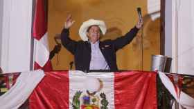 Pedro Castillo saluda a sus simpatizantes en Lima en pleno recuento de las presidenciales en Perú.