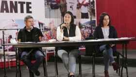 Keiko Fujimori, en el centro de la imagen, durante una rueda de prensa en Lima.