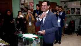Juanma Moreno votando en su colegio electoral.