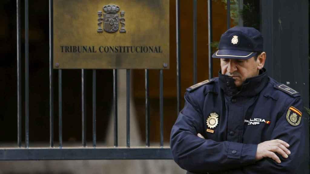 Un agente de la Policía Nacional frente al Tribunal Constitucional.