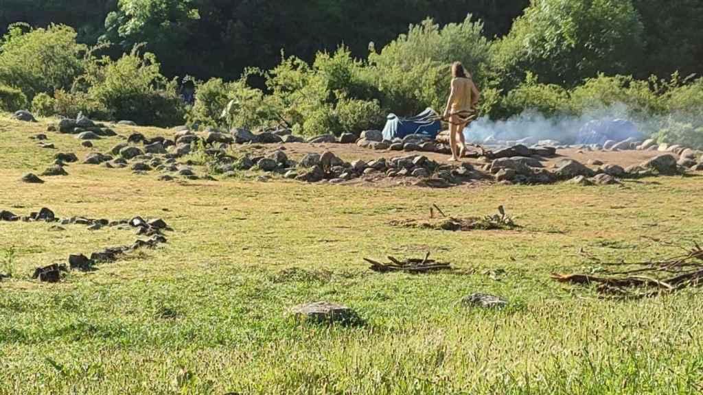 Un hermano de la Familia Arcoíris mantiene encendido el fuego sagrado a la mañana siguiente.