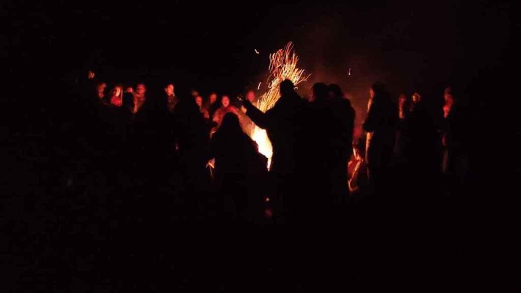 Una reunión, de noche, alrededor del fuego sagrado.