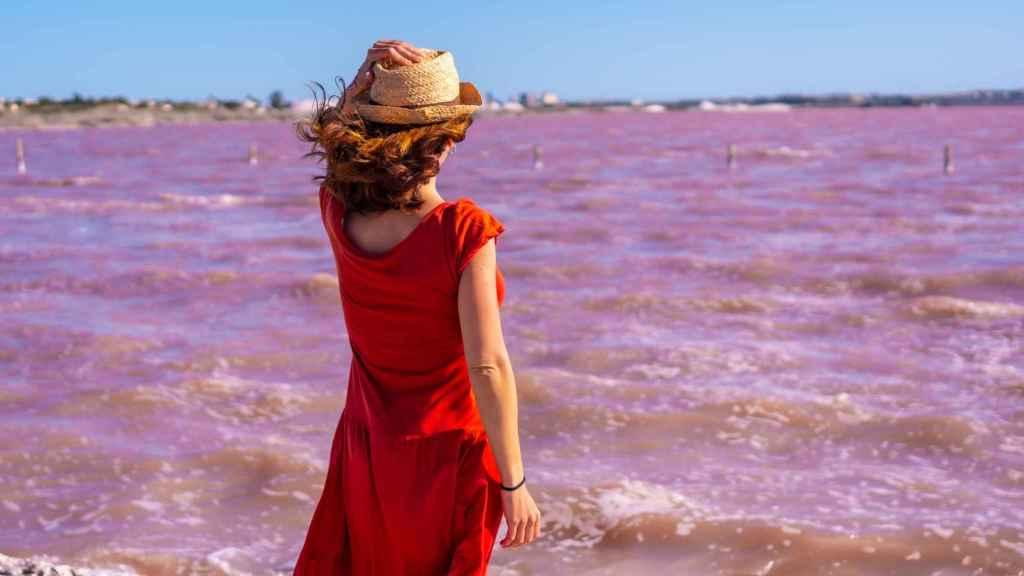 El color rojizo de sus aguas se debe  a los pigmentos que poseen una serie de bacterias.