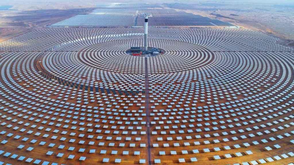 La central solar de Ouarzazat (central de Noor), un complejo de energía solar situado en la región de Drâa-Tafilalet, en Marruecos. Con 510 MW, es la mayor central de energía solar concentrada del mundo.