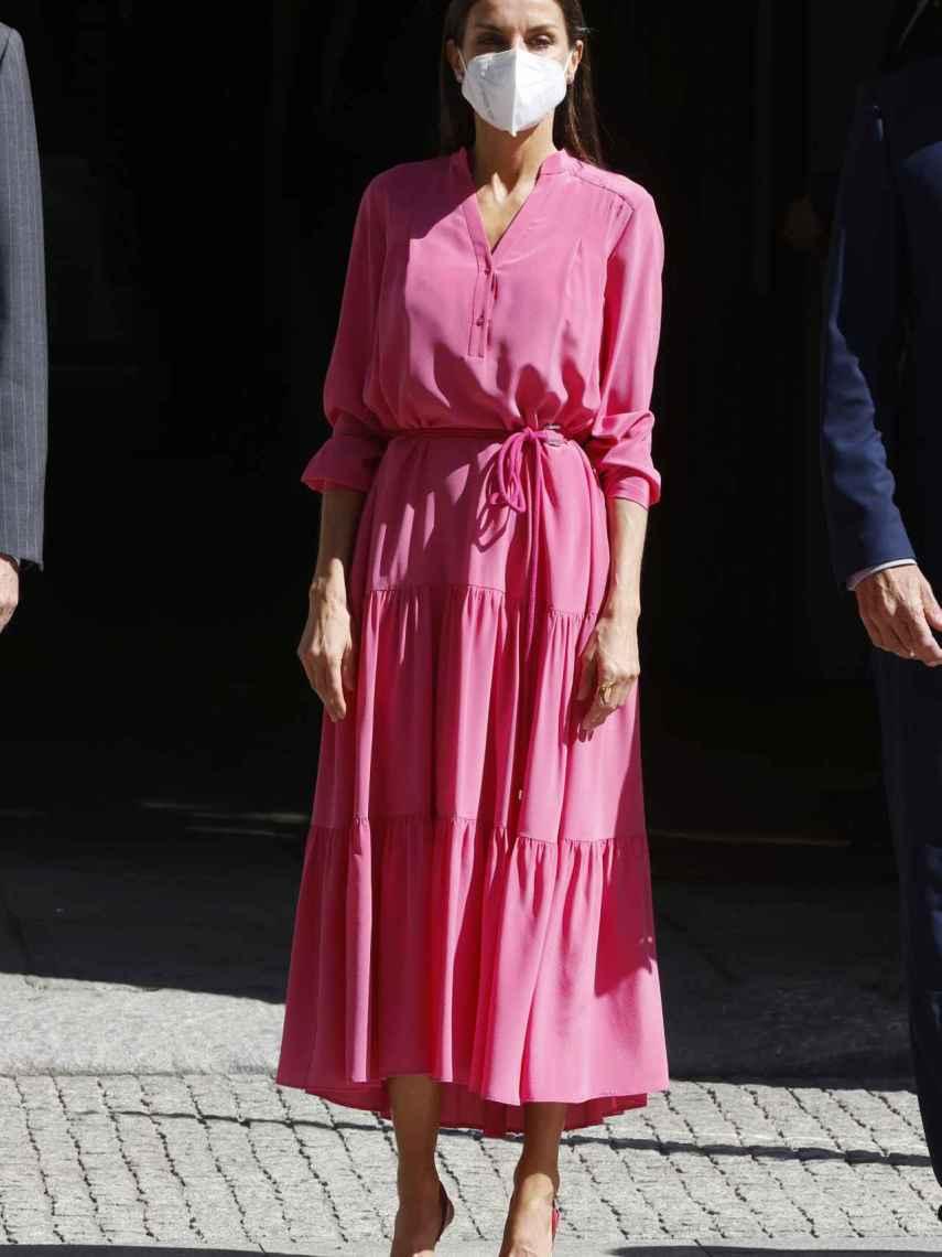 Letizia con vestido rosa de Hugo Boss.