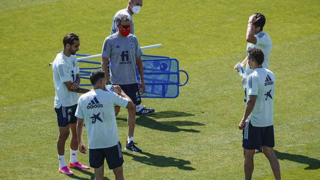 Luis Enrique, con Carlos Soler, Rodrigo Moreno, Brais Méndez y Pablo Fornals