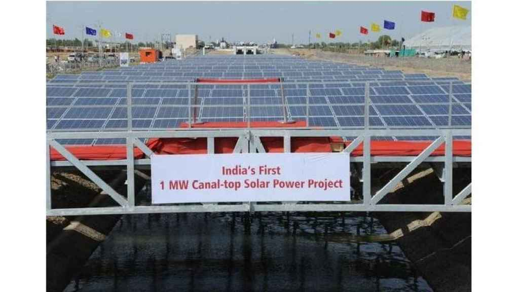 Canal cubierto con paneles solares en India