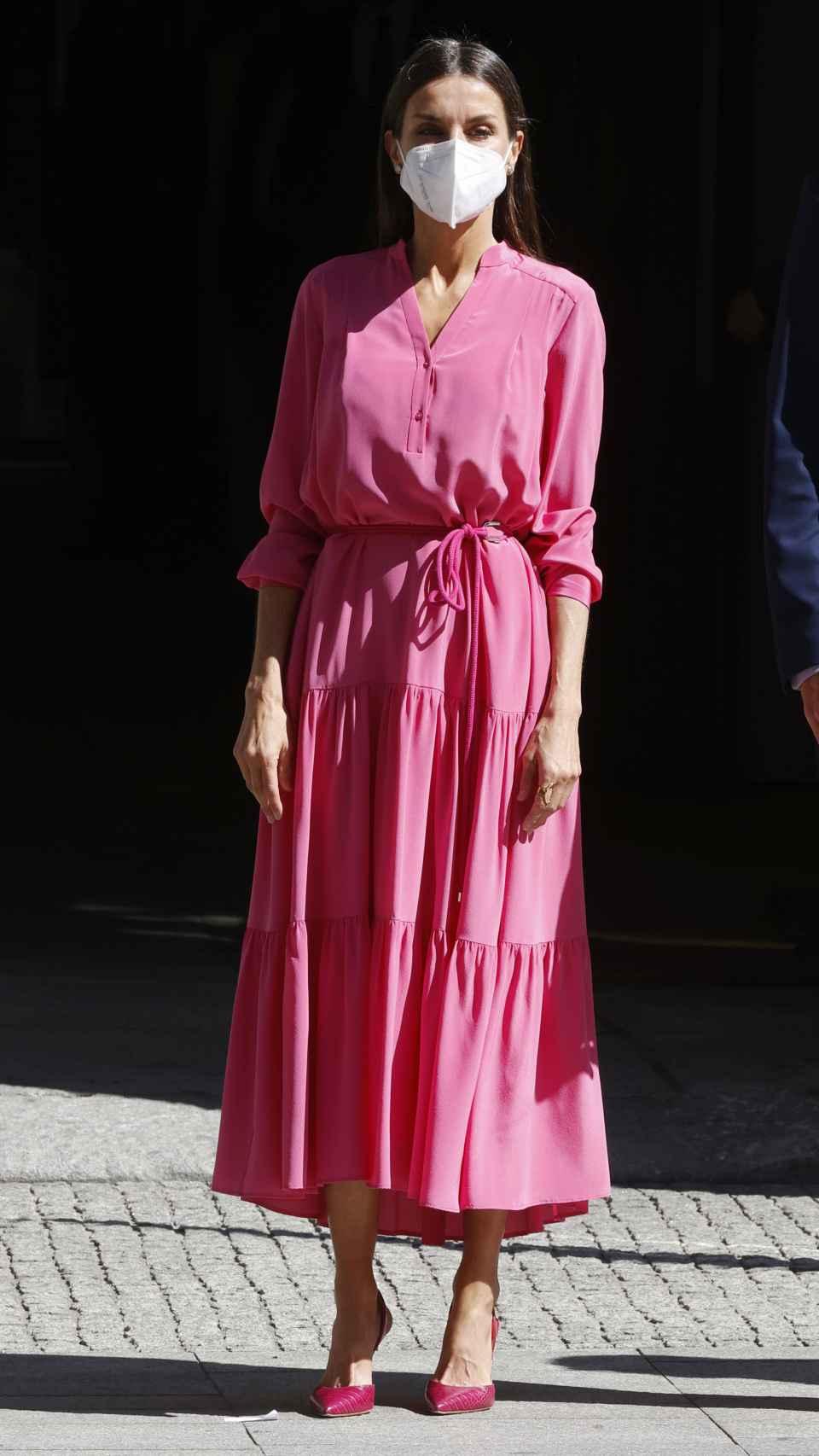 La reina Letizia ha estrena este miércoles un vestido fucsia de Hugo Boss.