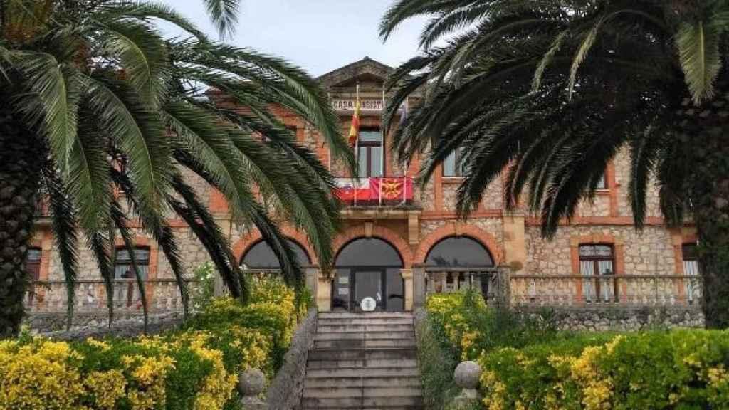 Fachada del Ayuntamiento de Villaescusa.