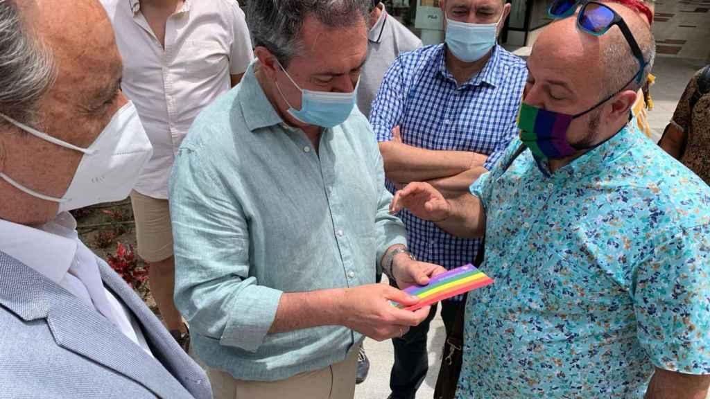 Espadas con miembros de la Asociación Pasaje Begoña y José Ortiz, alcalde de Torremolinos.