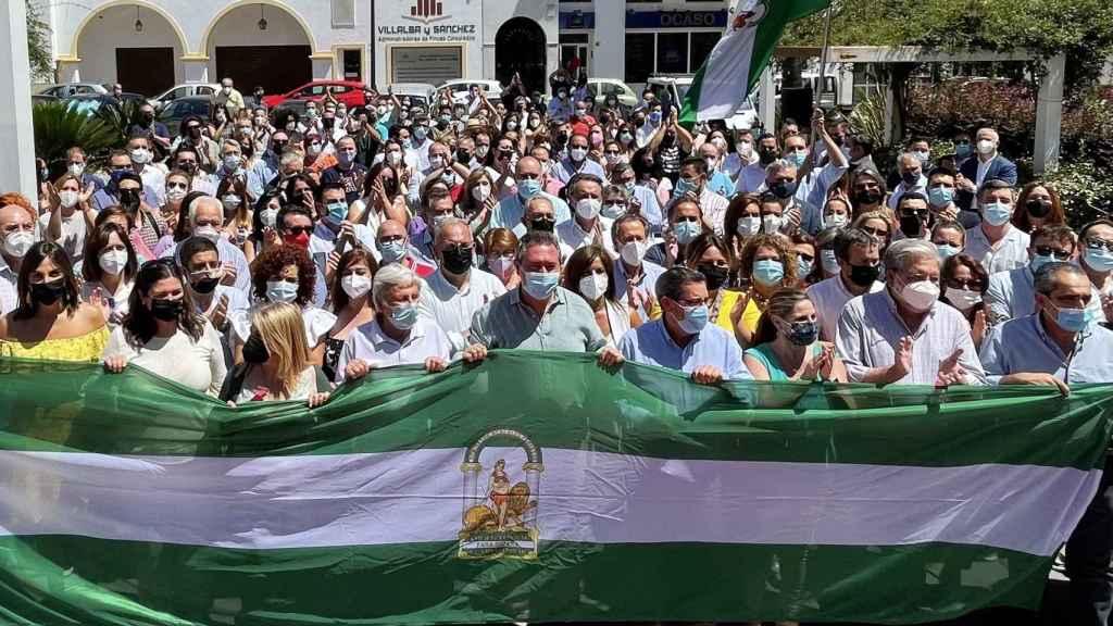 Foto de los asistentes al acto de Antequera con Juan Espadas.