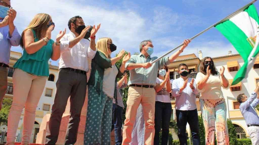 Juan Espadas ondea la bandera de Andalucía.