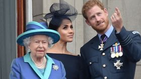 Los duques de Sussex junto a la reina Isabel II en un acto público en Buckingham en 2018.