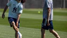 Marc Cucurella y Luis Enrique, durante el entrenamiento de este jueves