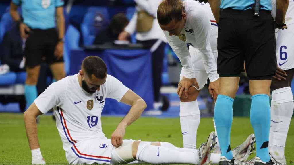 Karim Benzema, tendido en el césped durante un partido con Francia