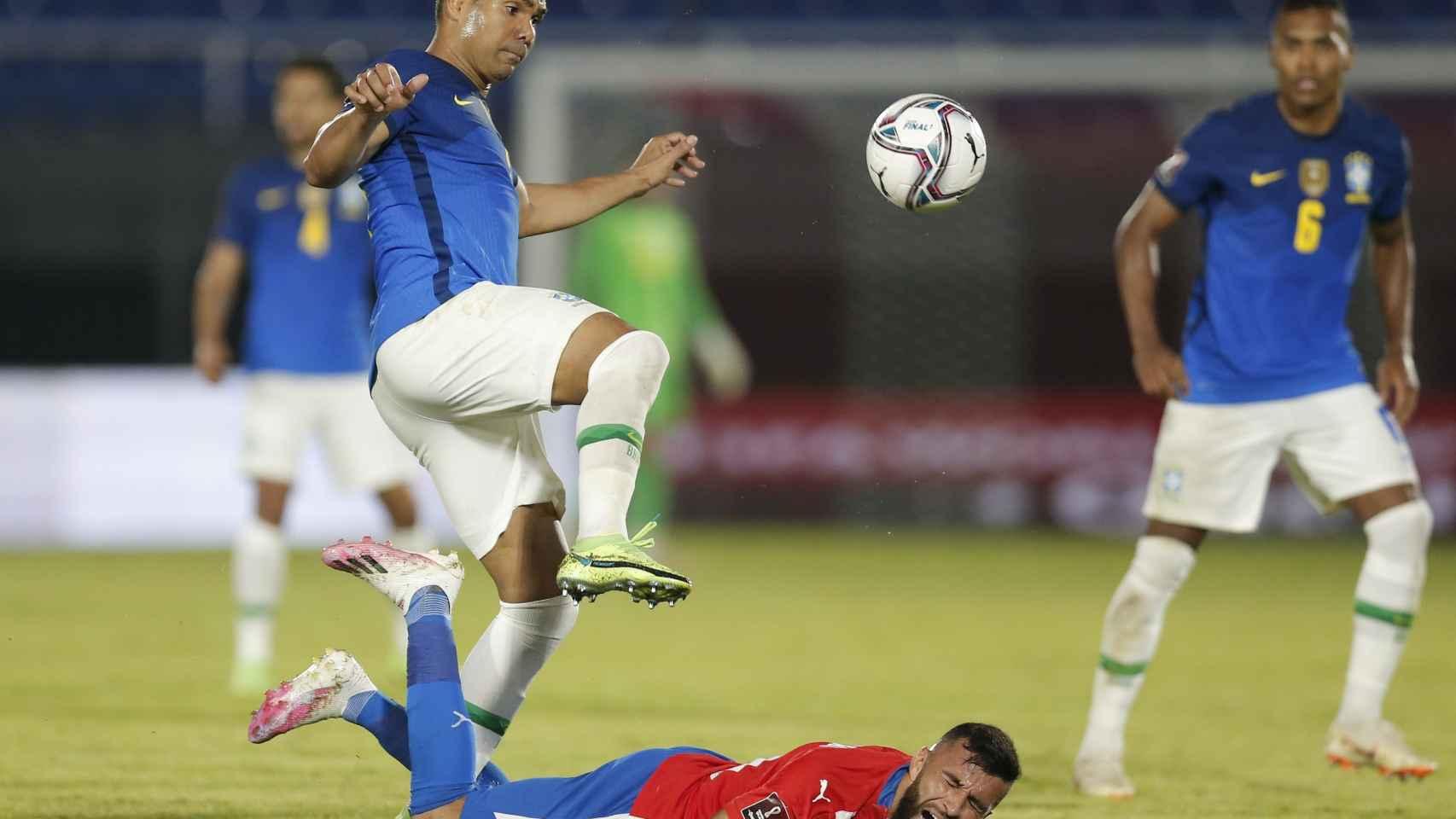 Casemiro peleando un balón en el encuentro entre Brasil y Paraguay