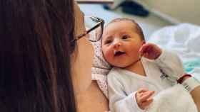 Alba Fraile en brazos de su madre, Sandra García Aparicio, en el hospital Virgen de la Salud de Toledo