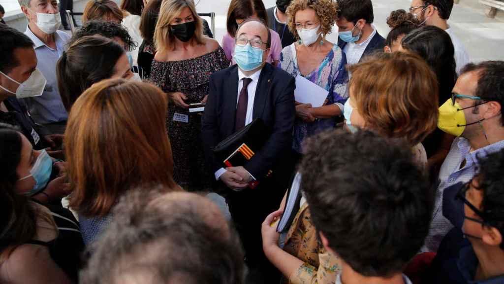 Miquel Iceta, ministro de Política Territorial, charla con la prensa en el patio del Congreso.