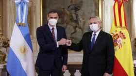 El presidente del Gobierno, Pedro Sánchez (i) y el presidente de Argentina, Alberto Fernández (d).