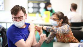 Una persona recibe la vacuna de Pfizer BioNTech en Londres.