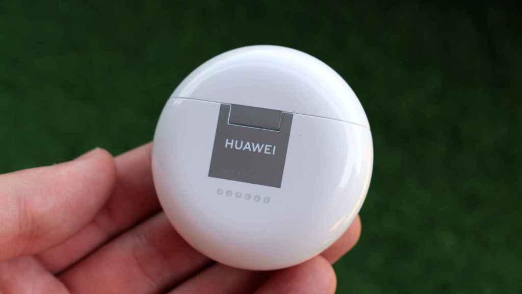 El estuche de carga de los Huawei FreeBuds 4.
