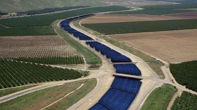 Paneles solares sobre el canal