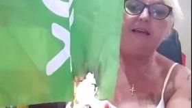 Luisa Garrido prendiendo fuego a la bandera de Vox.