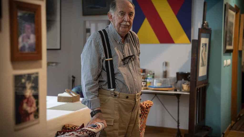 Julio Feo, en su casa; al fondo, un cuadro con los colores de la bandera republicana.