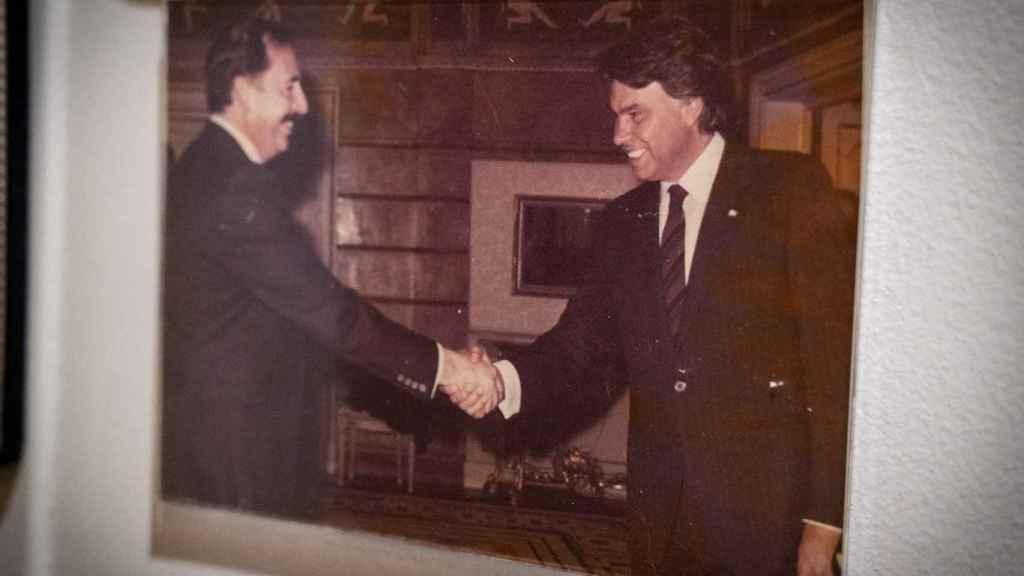 Julio Feo estrecha la mano de Felipe González.