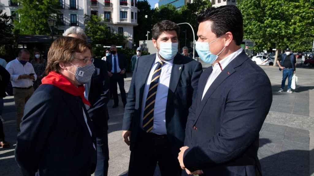 El alcalde de Madrid, Almeida, charlando con el alcalde de San Javier, Luengo.