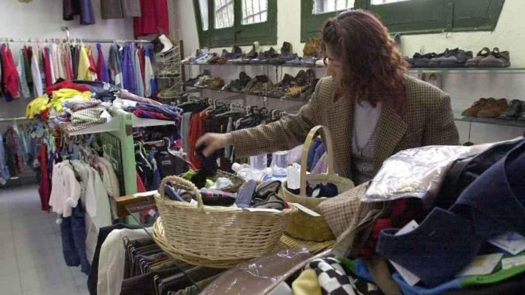 Una mujer examina ropa de segunda mano en Barcelona.