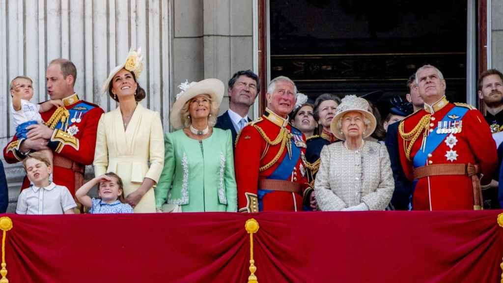 Retrato familiar de la reina Isabel II, junto al príncipe Carlos, el príncipe Guillermo y el príncipe George