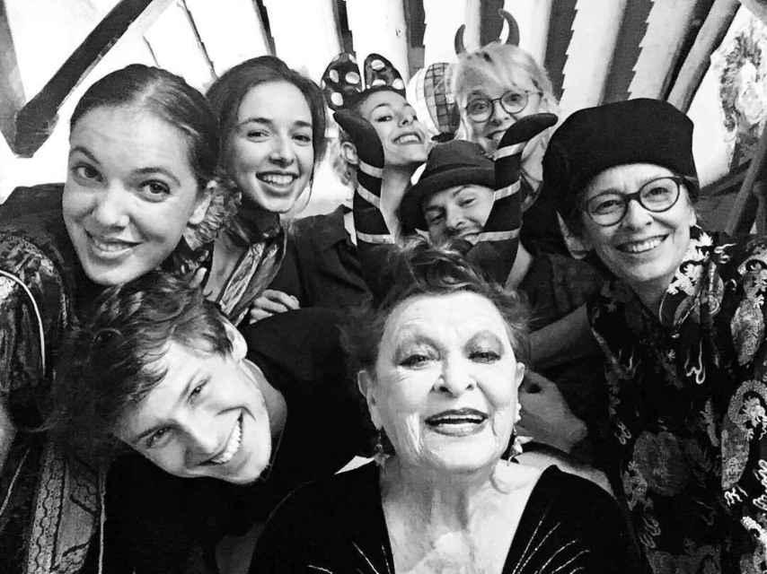 La familia (casi) al completo junto a Lucía Bosé en su 'casa azul' de Brieva.