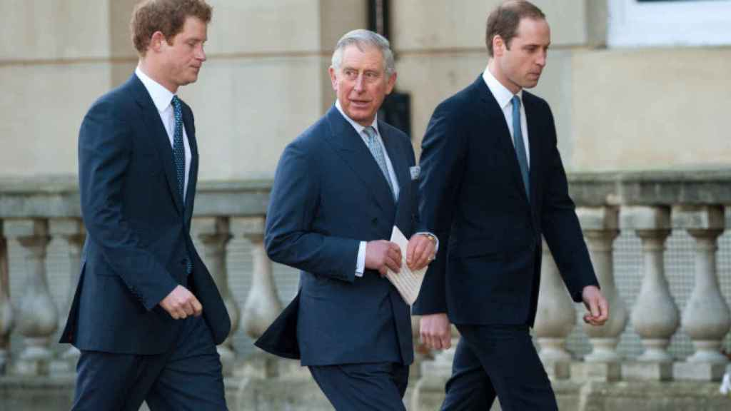 El príncipe Carlos se mantiene firme, no quiere hablar con Harry.