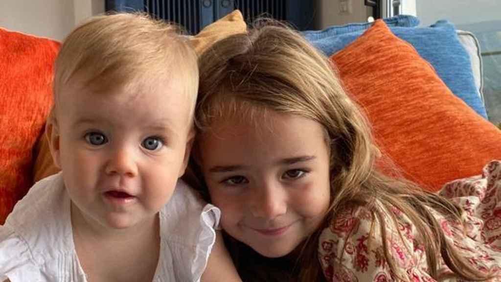 Anna, de un año, y Olivia (derecha), en una foto difundida por su madre.