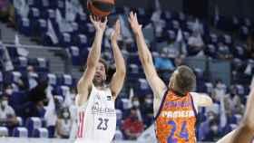 Llull lanzando en el Real Madrid - Valencia Basket