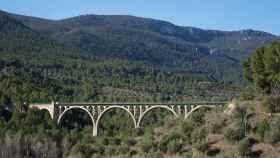 Siete son los arcos de hormigón que soportan el tablero del viaducto de las Siete Lunas.
