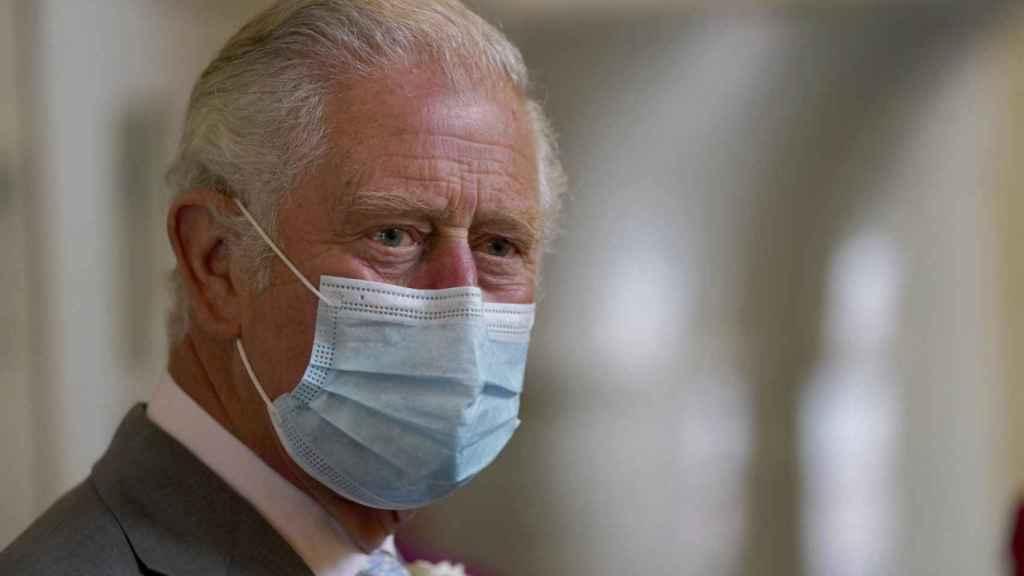 El príncipe Carlos se mantiene firme, no está preparado para hablar con Harry.