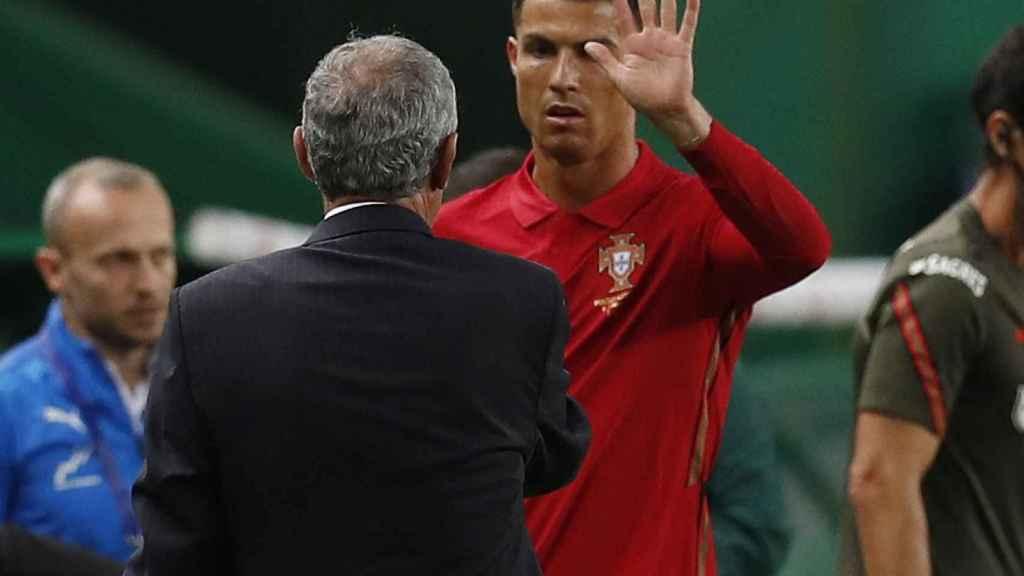 Cristiano Ronaldo despidiéndose durante un partido con Portugal