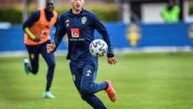 Dejan Kulusevski en un entrenamiento de Suecia