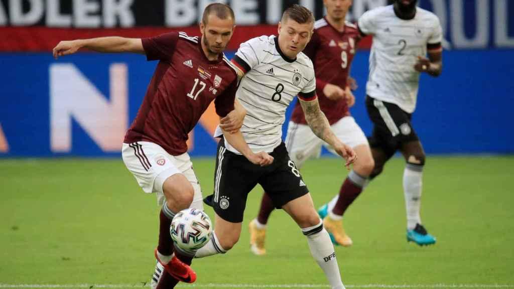 Kroos en un partido con la selección alemana