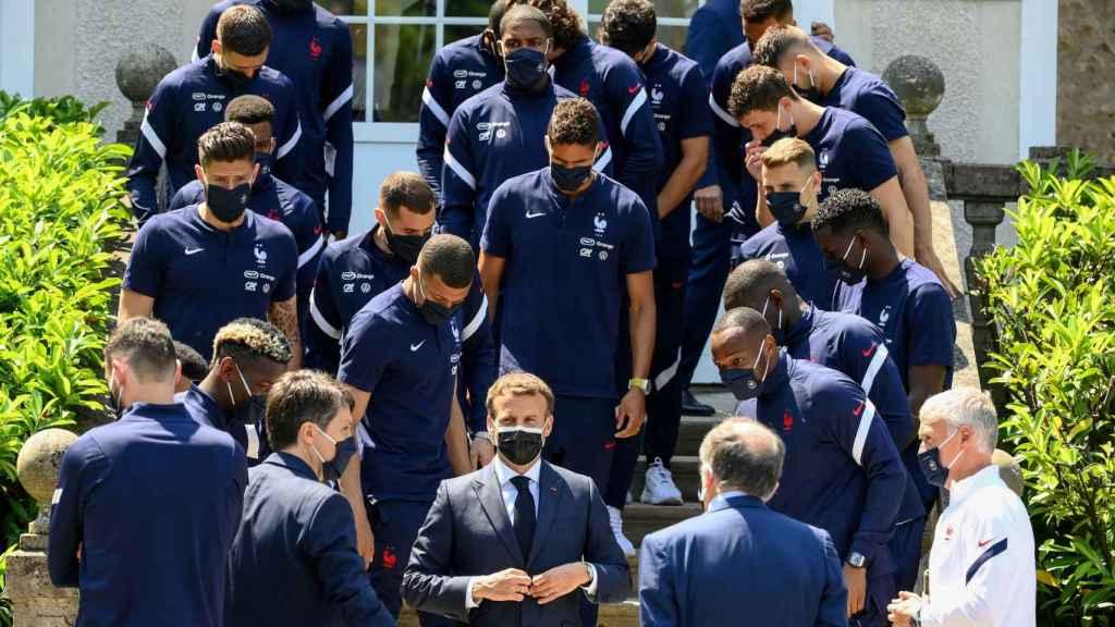 Emmanuel Macron junto al equipo de la selección de Francia de fútbol