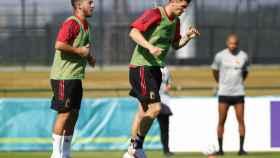Thomas Meunier y Eden Hazard entrenando con la selección de Bélgica
