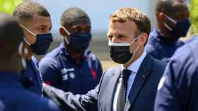 Emmanuel Macron habla con Kylian Mbappé y sus compañeros