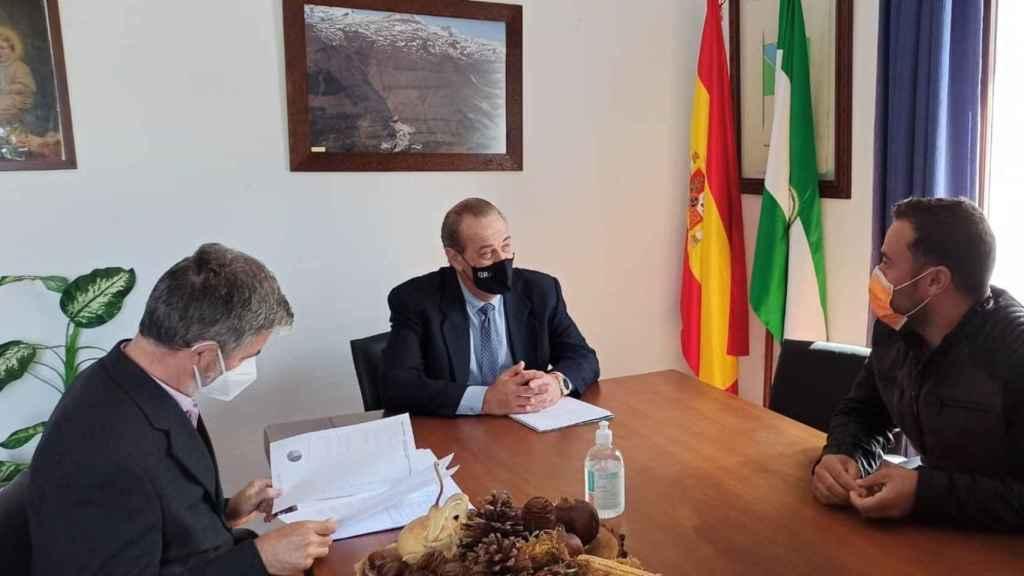 Víctor Expósito (Cs), actual alcalde de Trevélez (Granada), en una reunión con la Junta de Andalucía.