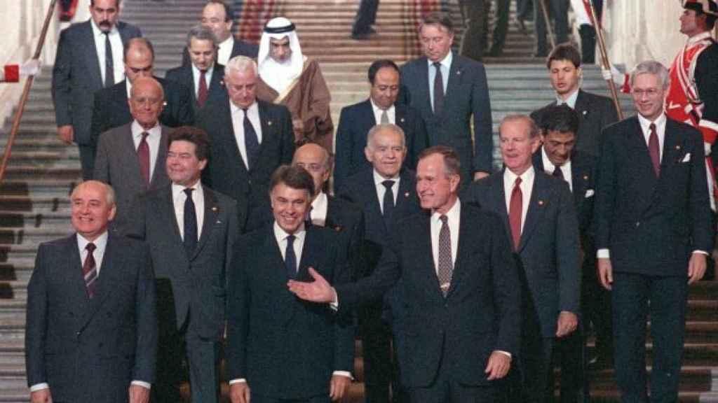 Felipe González, entre George H. W. Bush, Mijail Gorbachov, delante de Isaac Shamir y Haidar Abdel Shafi, en el Palacio Real de Madrid, el 30 de octubre de 1991.